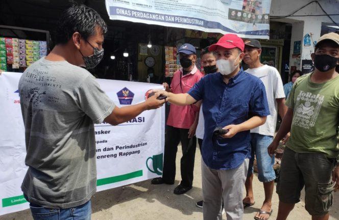 Mendisiplinkan Prokes di Pasar, Disdagrin dan Bapenda Sidrap Bagi-bagi Masker