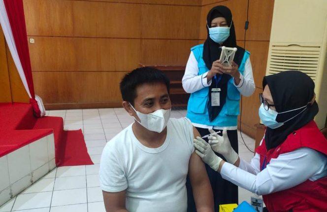 Anggota DPRD Sidrap, Saenal Rosi saat menerima vaksin di gedung DPRD Sidrap, Kamis (29/4/2021).