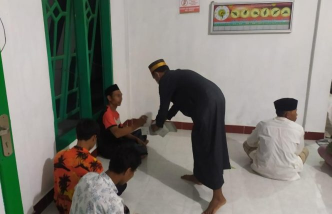 Pemuda dan Aparat Desa Pattondonsalu Bagikan Masker ke Jamaah Masjid