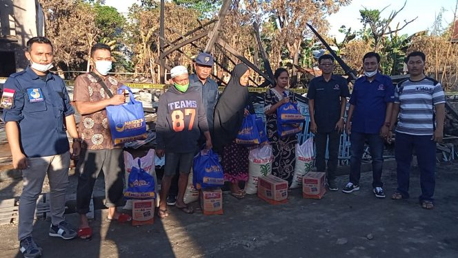 Nasdem Peduli Pinrang, saat menyerahkan bantuan kepada korban kebakaran di Mattiro Bulu, Pinrang