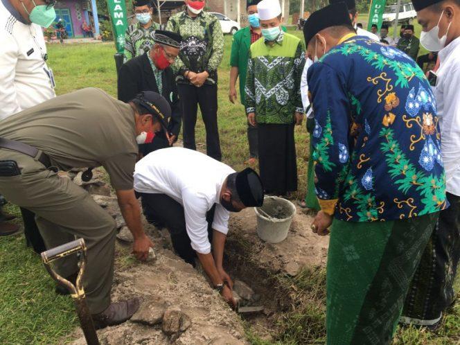 Peletakan Batu Pertama Gedung Tahfizul Quran dan NU Centre yang dilakukan di jalan Poros Pare-Rappang, Desa Ulu Ale, Kecamatan Watang Pulu, Kabupaten Sidrap, Kamis (19/8/2021).