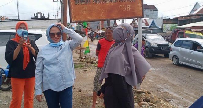 Sejumlah ibu-ibu terlihat berada di pinggir jalan di Kecamatan Amparita, Tellu Limpoe.